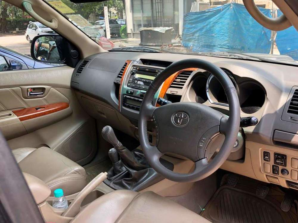 Toyota Fortuner Right Side View