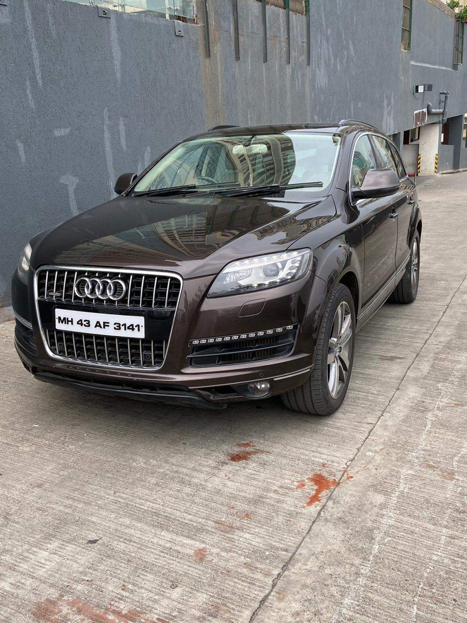 Audi Q7 Right Side View